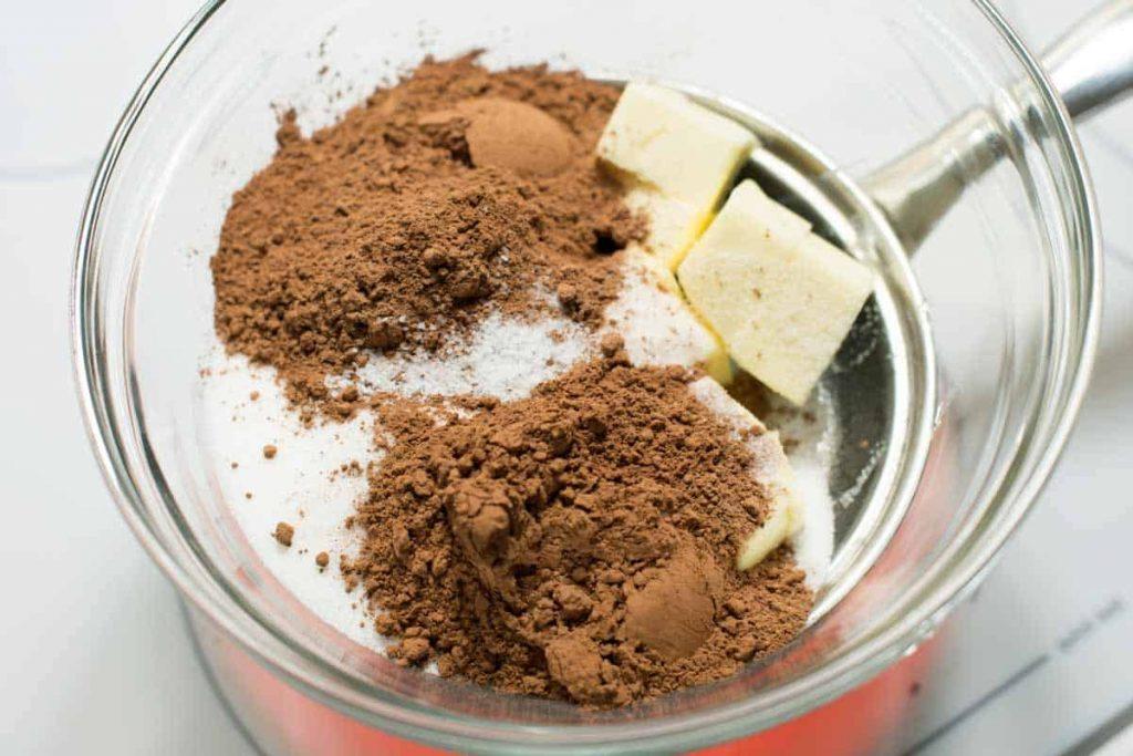 Derretir la mantequilla con azúcar, sal y cacao en polvo